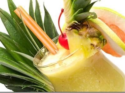 Алкогольный коктейль с соком ананаса \»Куантро\»