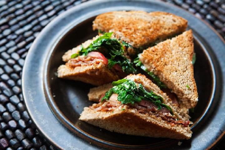 Сэндвич с беконом и рукколой