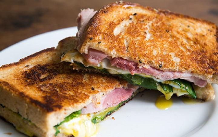 Сэндвич с яйцом, ветчиной и сыром