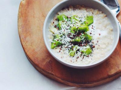 Молочный рис с соусом из киви и крыжовника