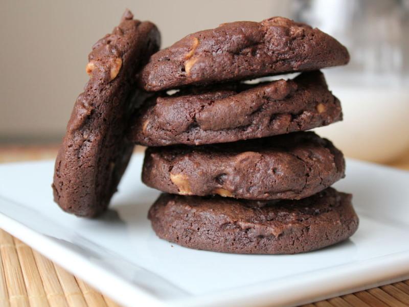 Шоколадное печенье с молотыми орехами