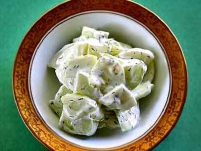 Салат из огурцов с йогуртной заправкой