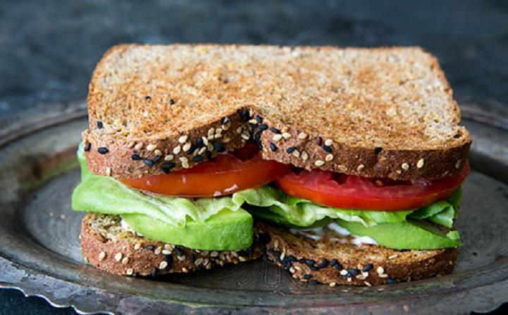 Сэндвич с авокадо и помидорами