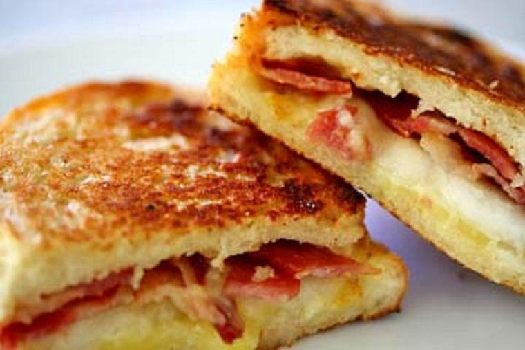 Сырный сэндвич с ветчиной и грушой