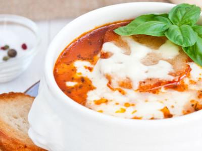 Томатный суп с фрикадельками и сыром пармезан