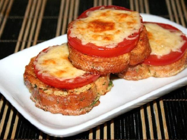 Чесночные гренки с сыром и помидорами